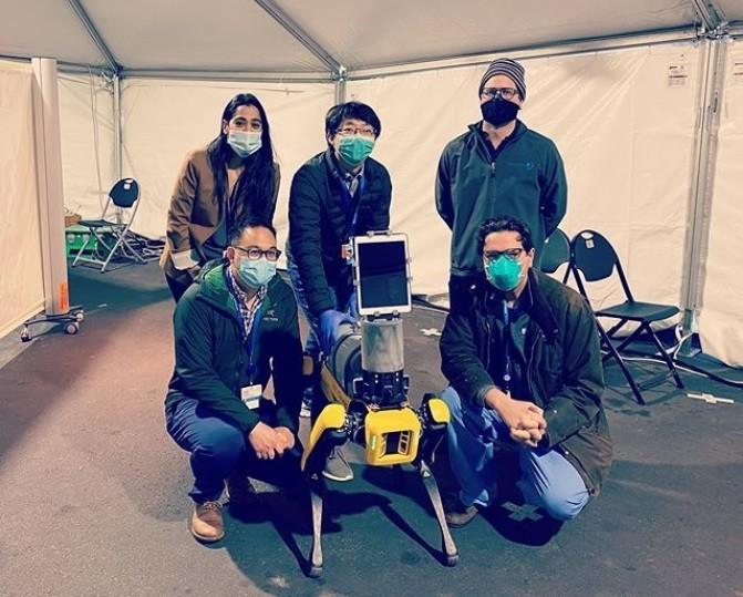 Robot Köpek Spot Koronavirüs Hastalarına Yardım